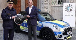 Christian Ach (re.) , Leiter Mini-Deutschland, übergibt Polizeipräsident Hubert Andrä den neuen blauen Polizei-Mini für die Pressestelle