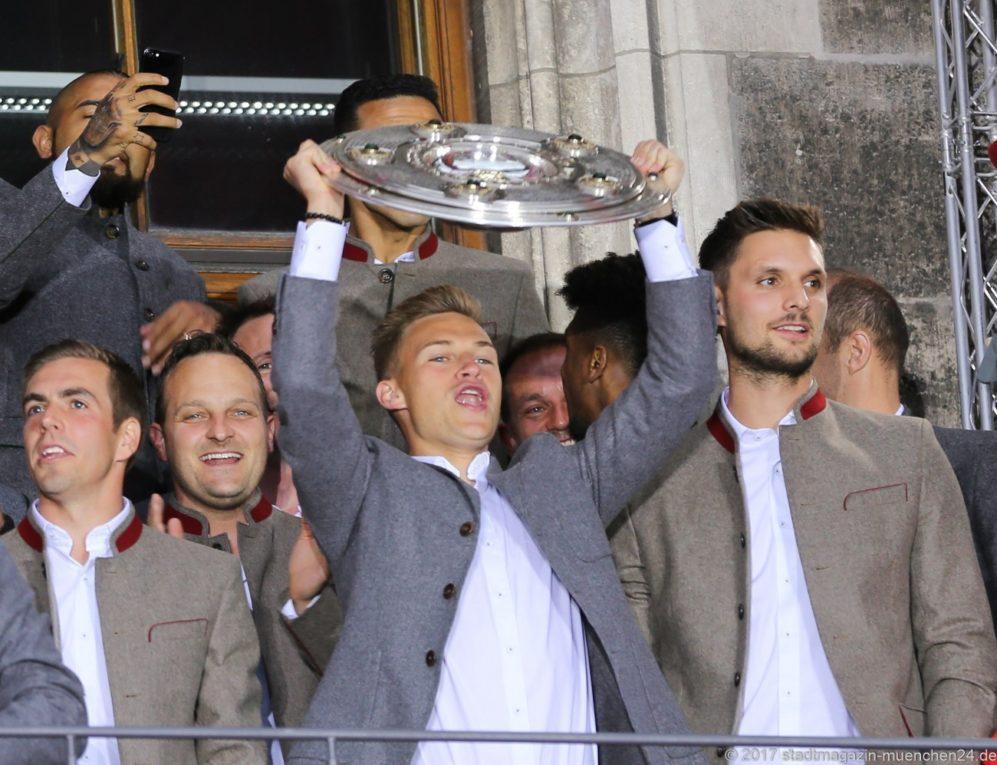 Joshua Kimmich bei der Meisterfeier des FC Bayern München auf dem Rathausbalkon
