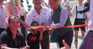 Unternehmer Cengiz Ehliz (Mitte), sein Sohn Konstantin und Nils Hoch (rechts) vom Olympiapark eröffnen Eventlocation weeIsland im Olympiapark München