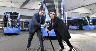 Die zweite Baureihe der Avenio Trambahnen in München haben die Zulassung erhalten - MVG Chef Ingo Wortmann und Regierungspräsidentin Maria Els stellen die Weiche für den Betrieb Quelle Foto: MVG/SWM