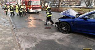 BMW M4 rast gegen Mauer von Fußgängerunterführung