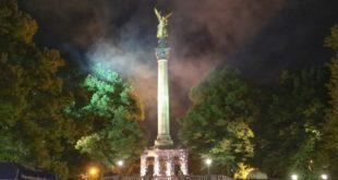 Nachts am Friedensengel in München beim Feuerwerk vom Sommerfest 2019