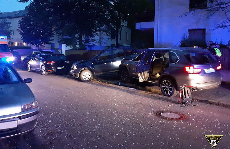 eCall meldet Unfall - 17-Jähriger ohne Führerschein fliegt mit BMW  X5 aus der Kurve und prallt gegen Auto