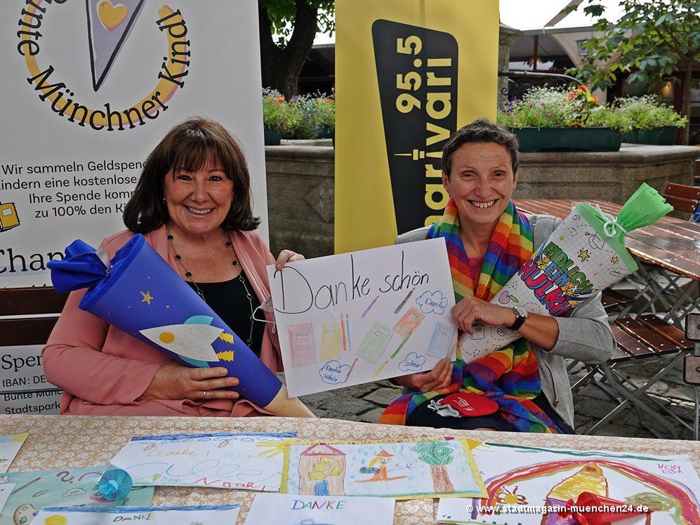 Petra Reiter von der Aktion Bunte Münchner Kindl übergibt Stadtschulrätin Beatrix Zurek 150 Schultüten für Erstklässler aus bedürftigen Familien