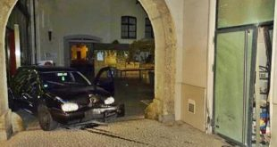 Blitzeinbruch mit Auto in Juweliergeschäft in der Dienerstraße in München
