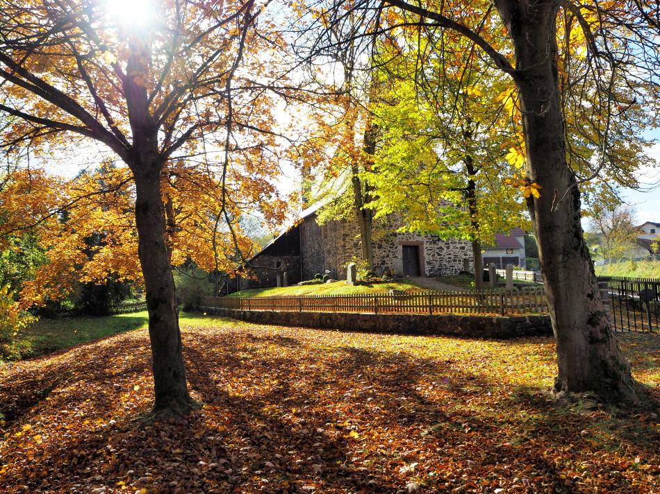 Kerkje Dalwigksthal in herfstkleuren