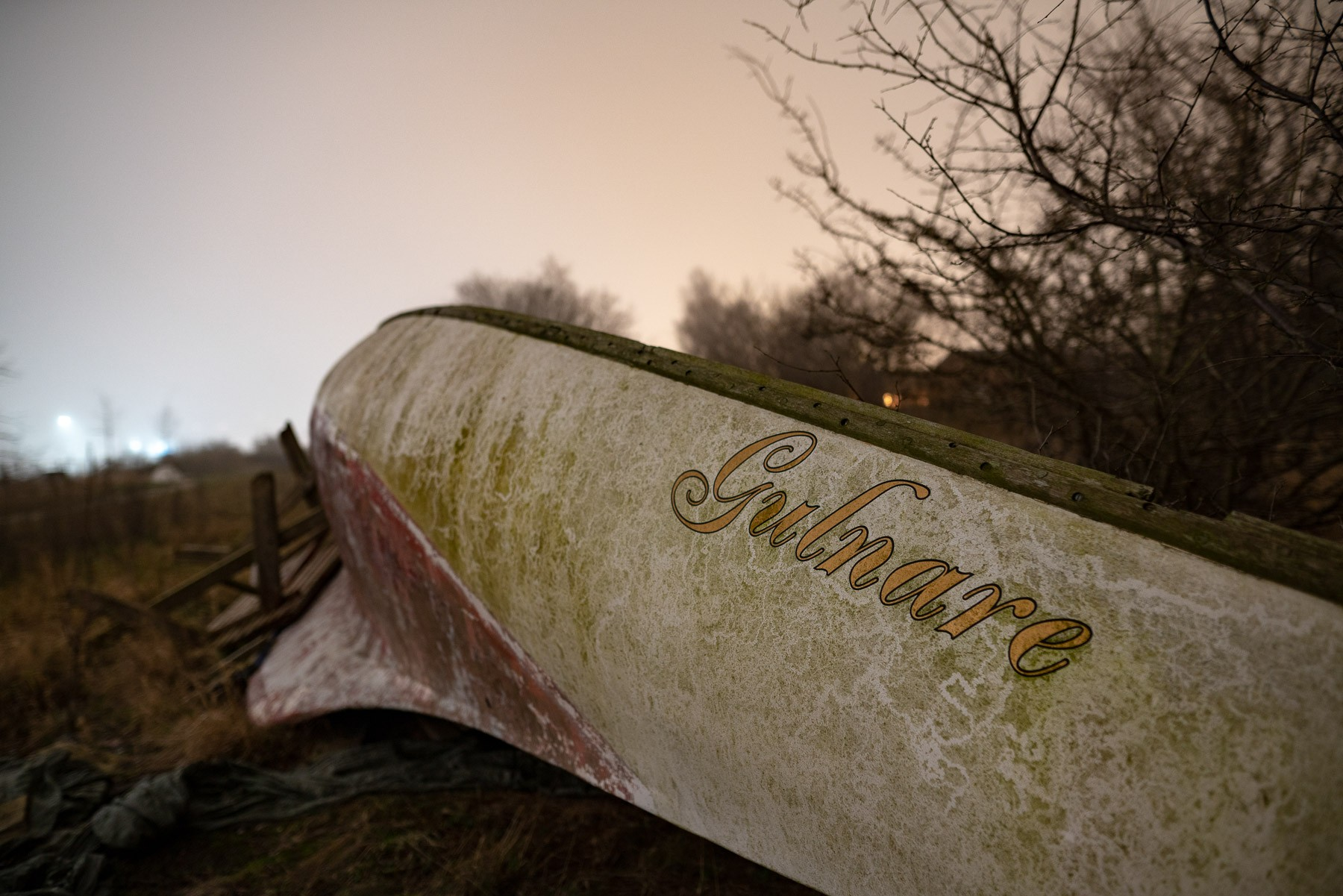 Båden Gulnare ligger og flyder i Haveforeningen Nokken