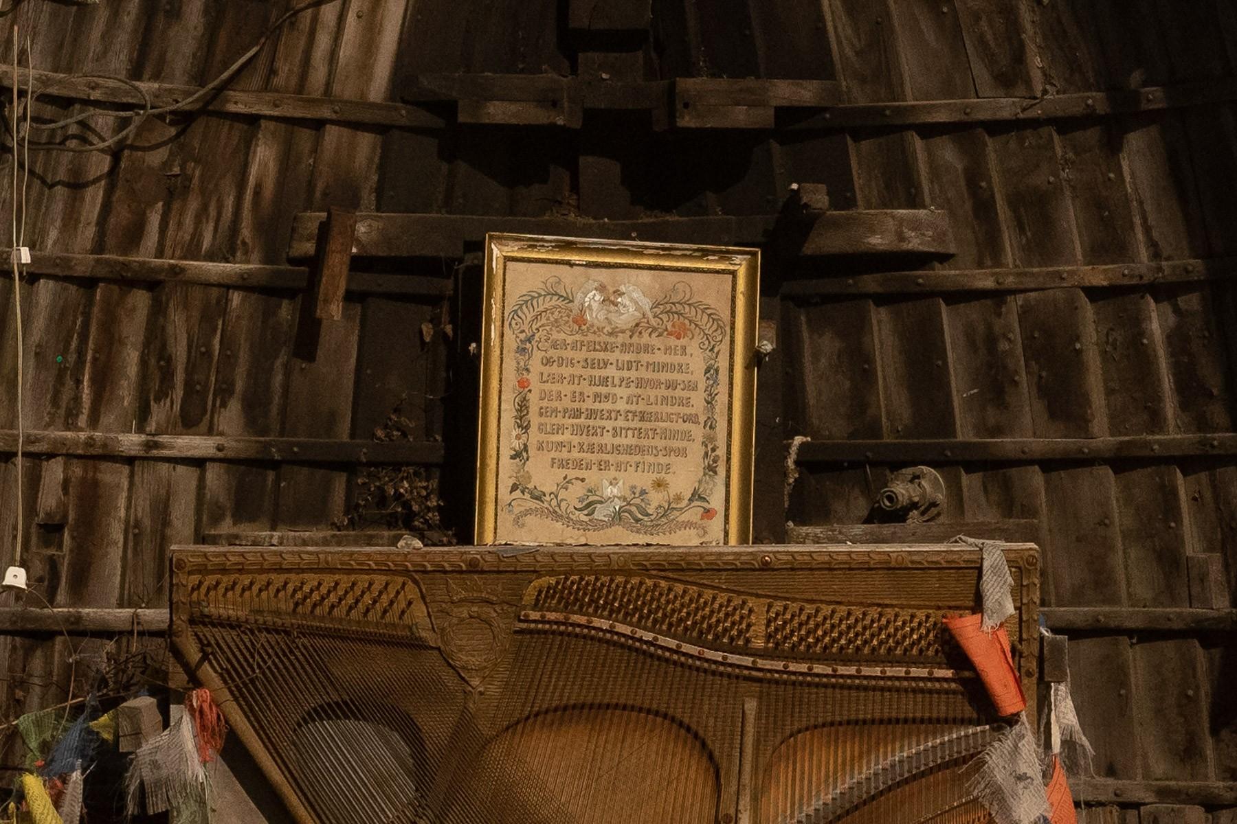Nokken - en tavle med et budskab om at elske og hjælpe i et lille tempel i Haveforeningen Nokken