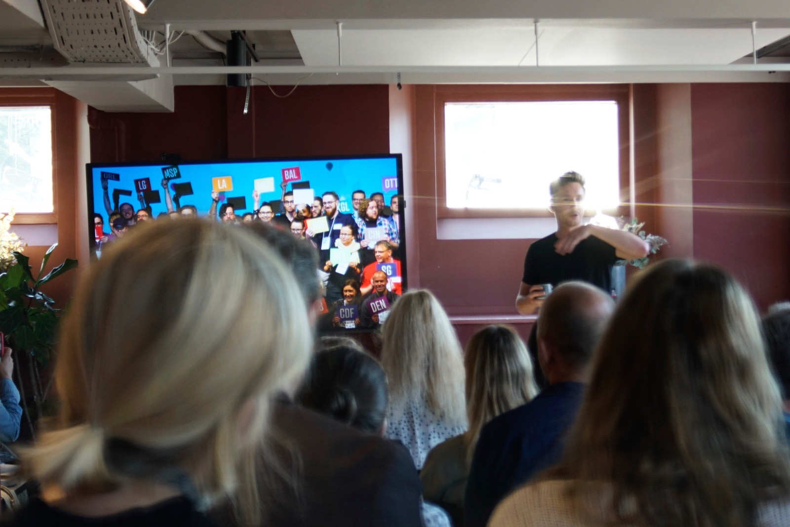 Event fotografering: Mikkel præsenterer dagens taler - skudt med Lomography Neptune