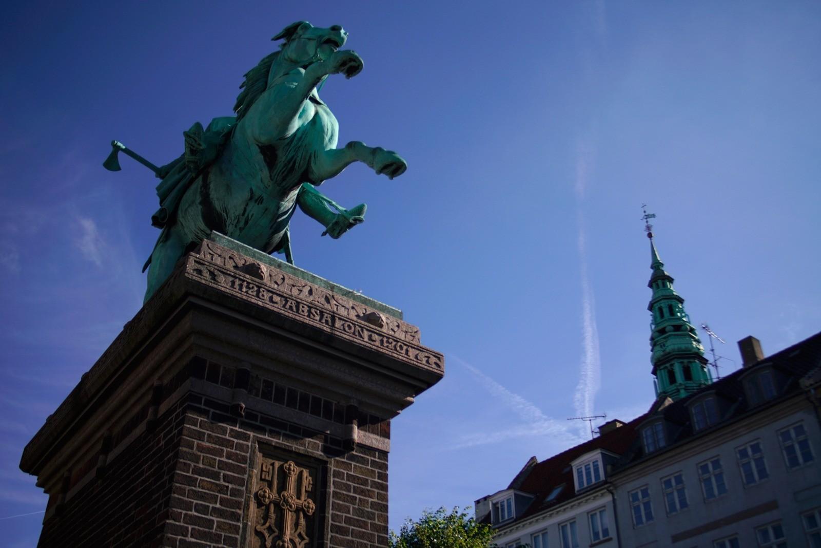 Event fotografering: Rytterstatuen af Absalon på Højbro Plads - skudt med Lomography Neptune