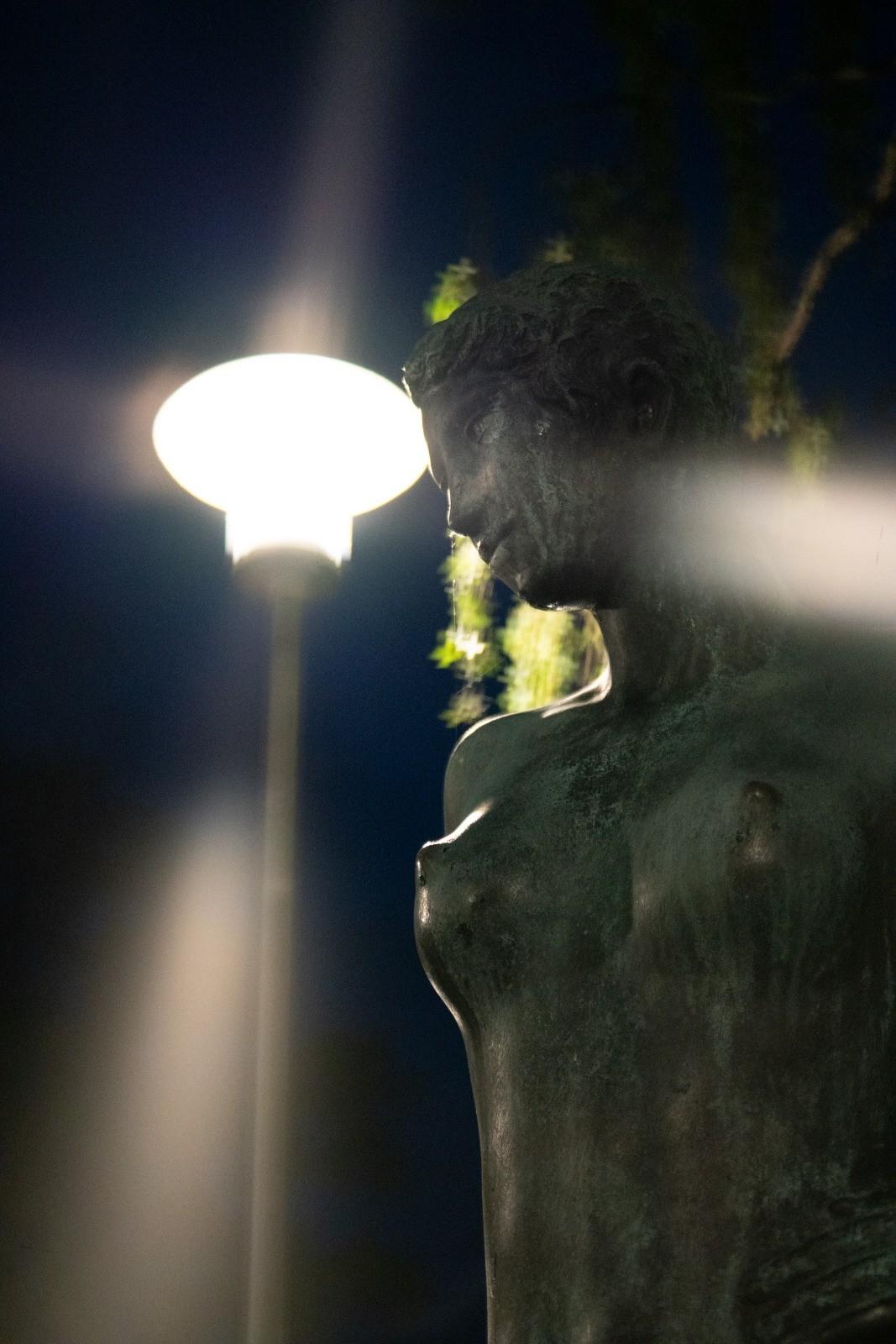 Statue ved Nykøbing Falsters sportsanlæg - taget med Lomography Neptune objektiv
