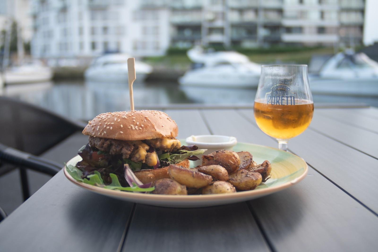 Øl og burger ved Nykøbing Falsters havnekvarter - taget med Lomography Neptune objektiv