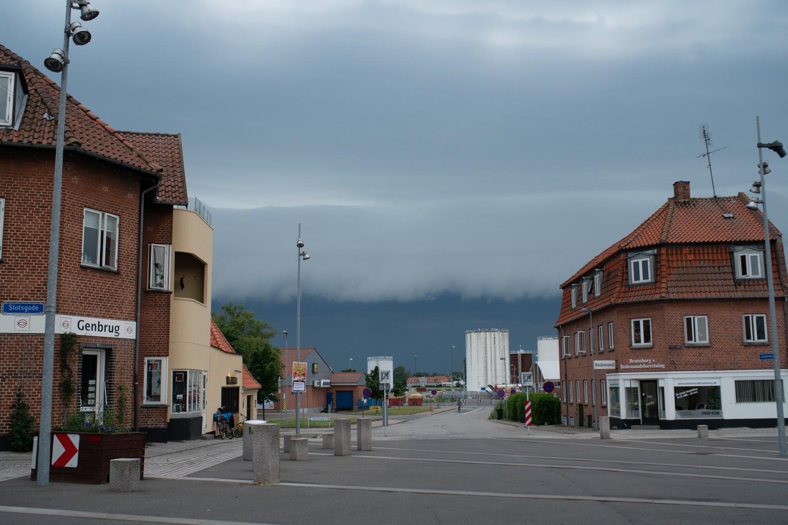 Skybruddet nærmer sig Nykøbing Falster- taget med Lomography Neptune objektiv