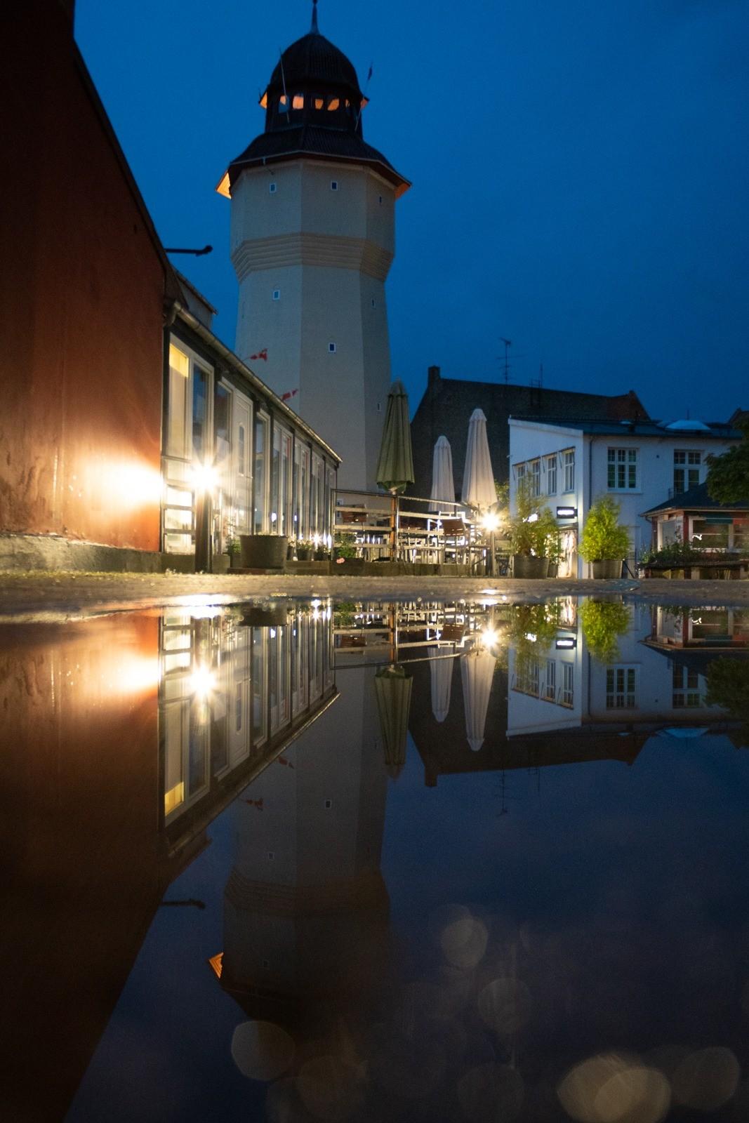 Spejling af tårn i vandpyt, Nykøbing Falster - taget med Lomography Neptune objektiv