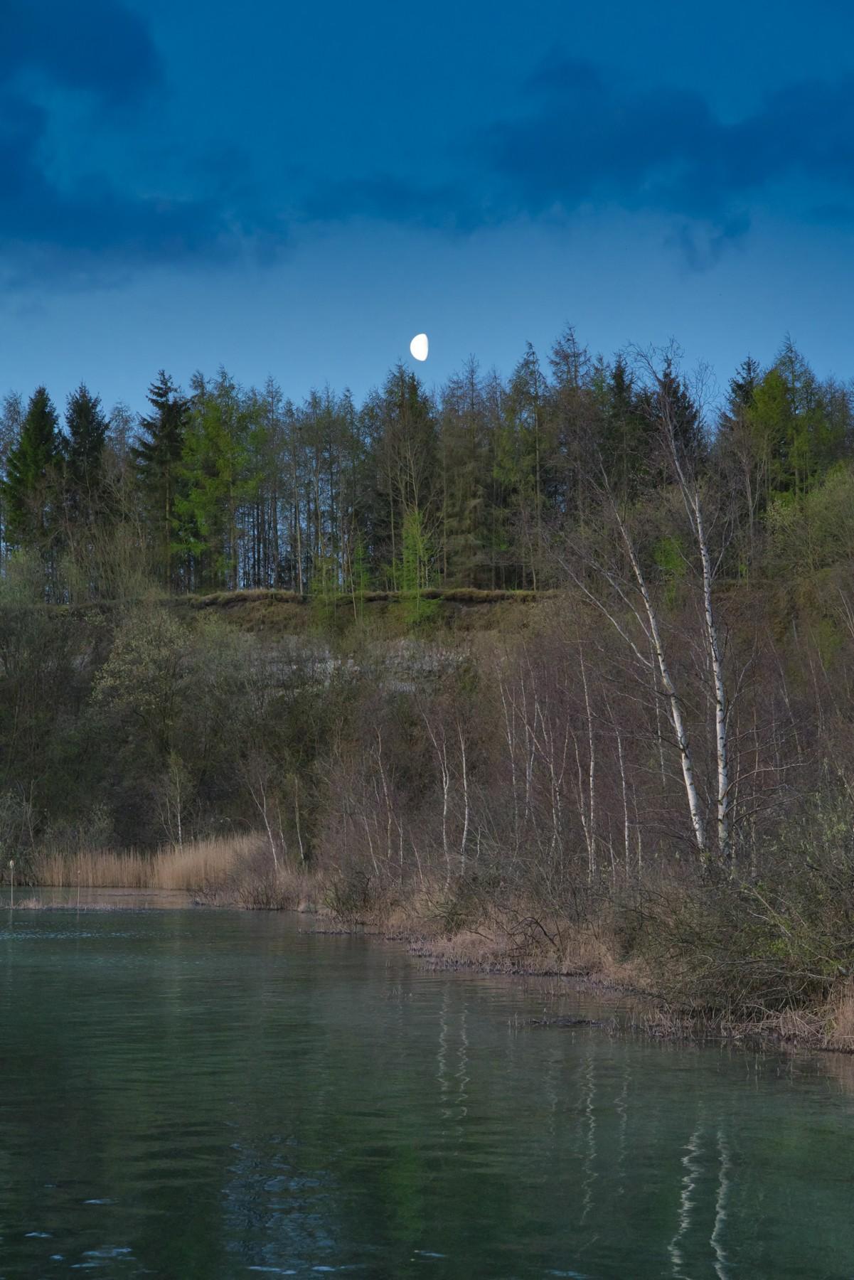 Månen står lige over Karlstrup Kalkgrav