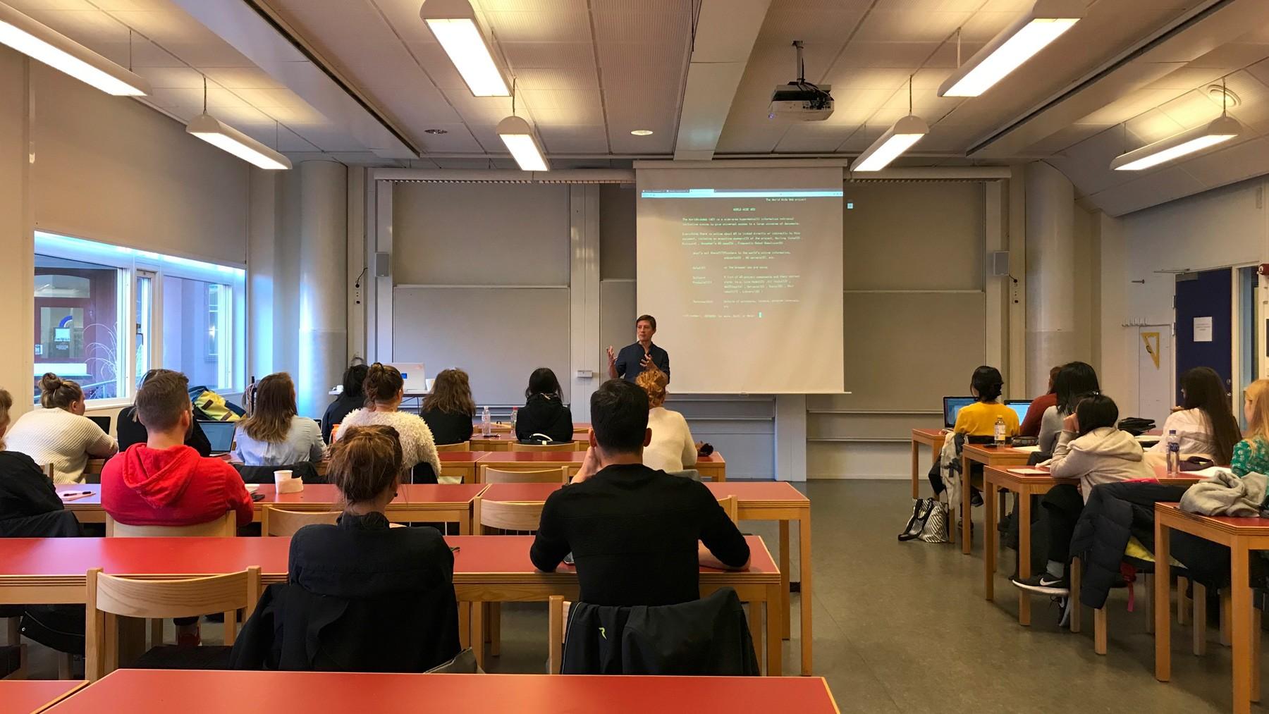 Godt i gang med et oplæg på Jönköping Universitet