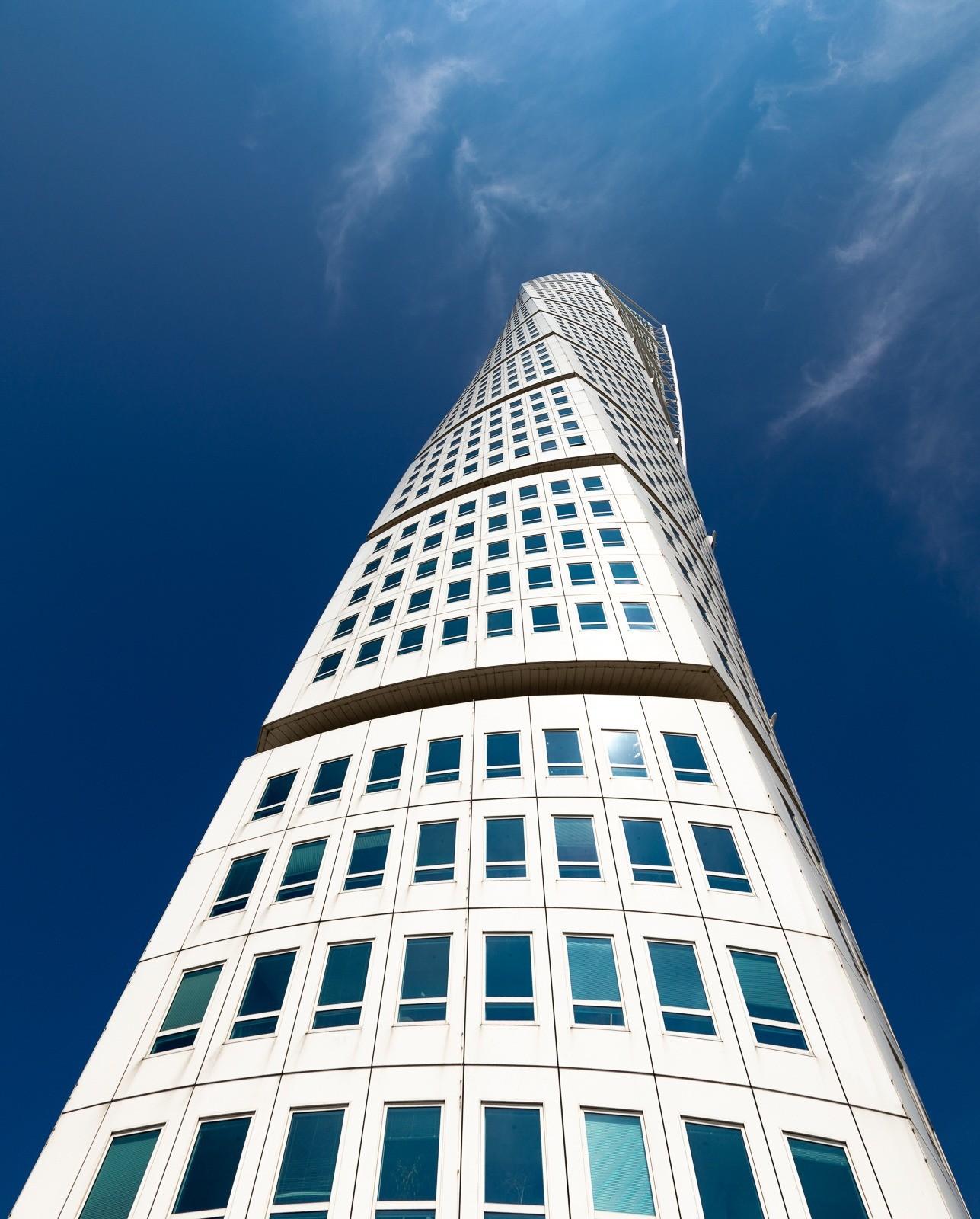 Turning Torso i Malmö, Sverige, med en flot blå himmel