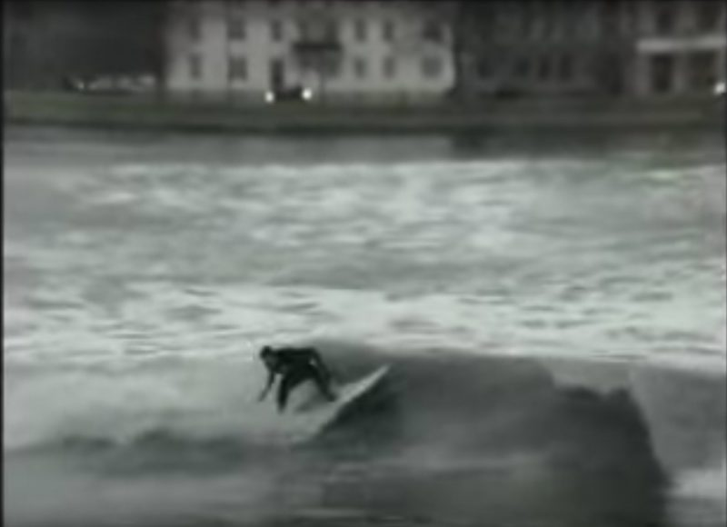 Still frame fra den virale video Dynamite Surfing