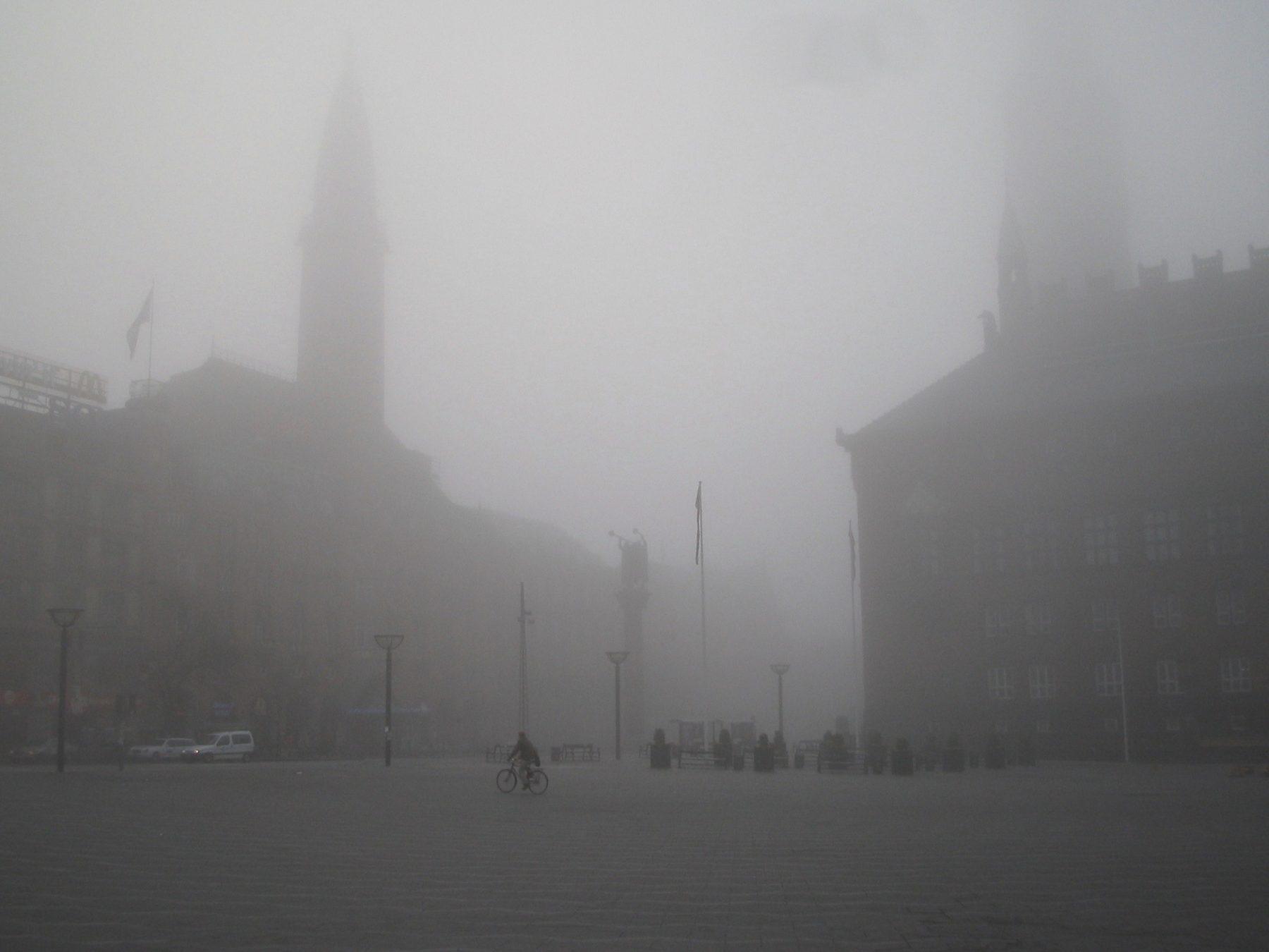 Snapshot fra hverdagen: Rådhuspladsen i kraftig tåge