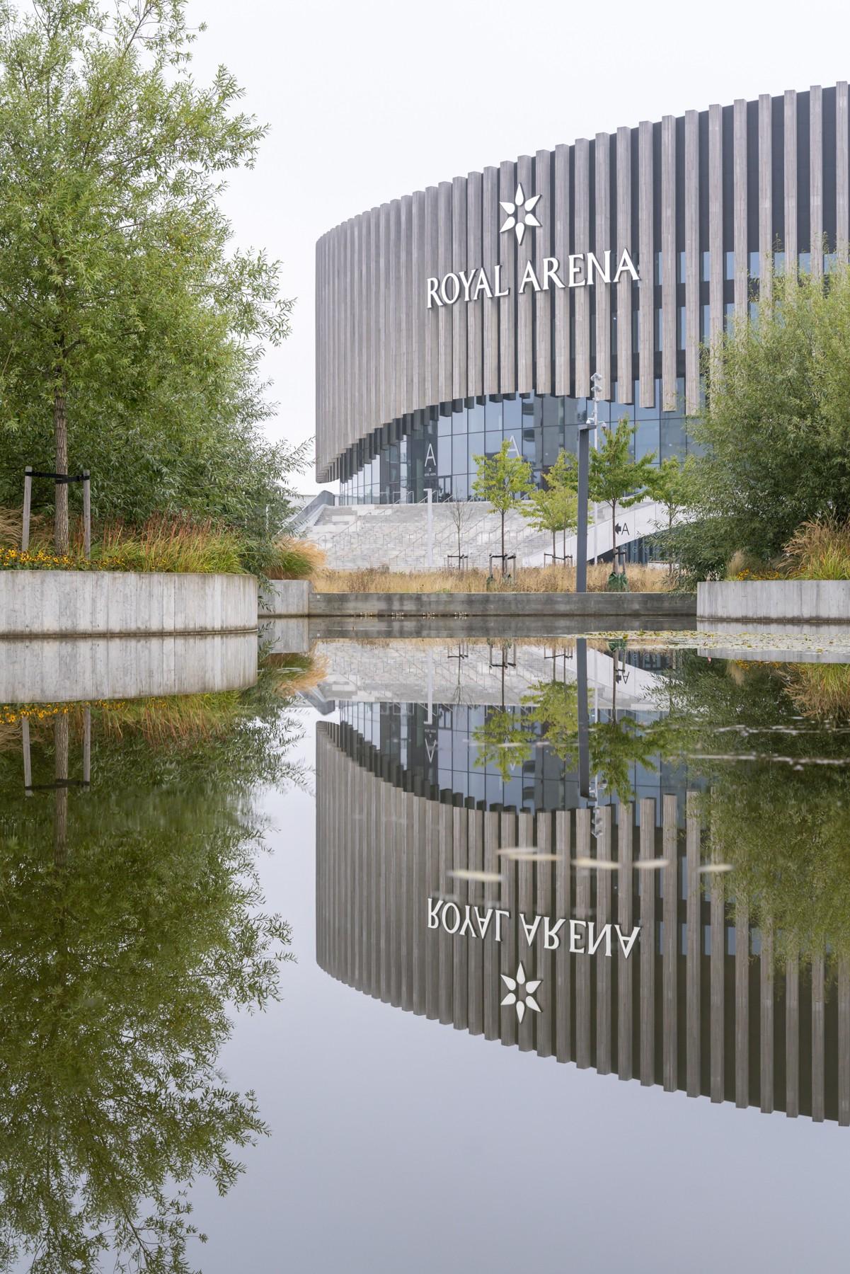 Royal Arena spejlet i et vandbassin