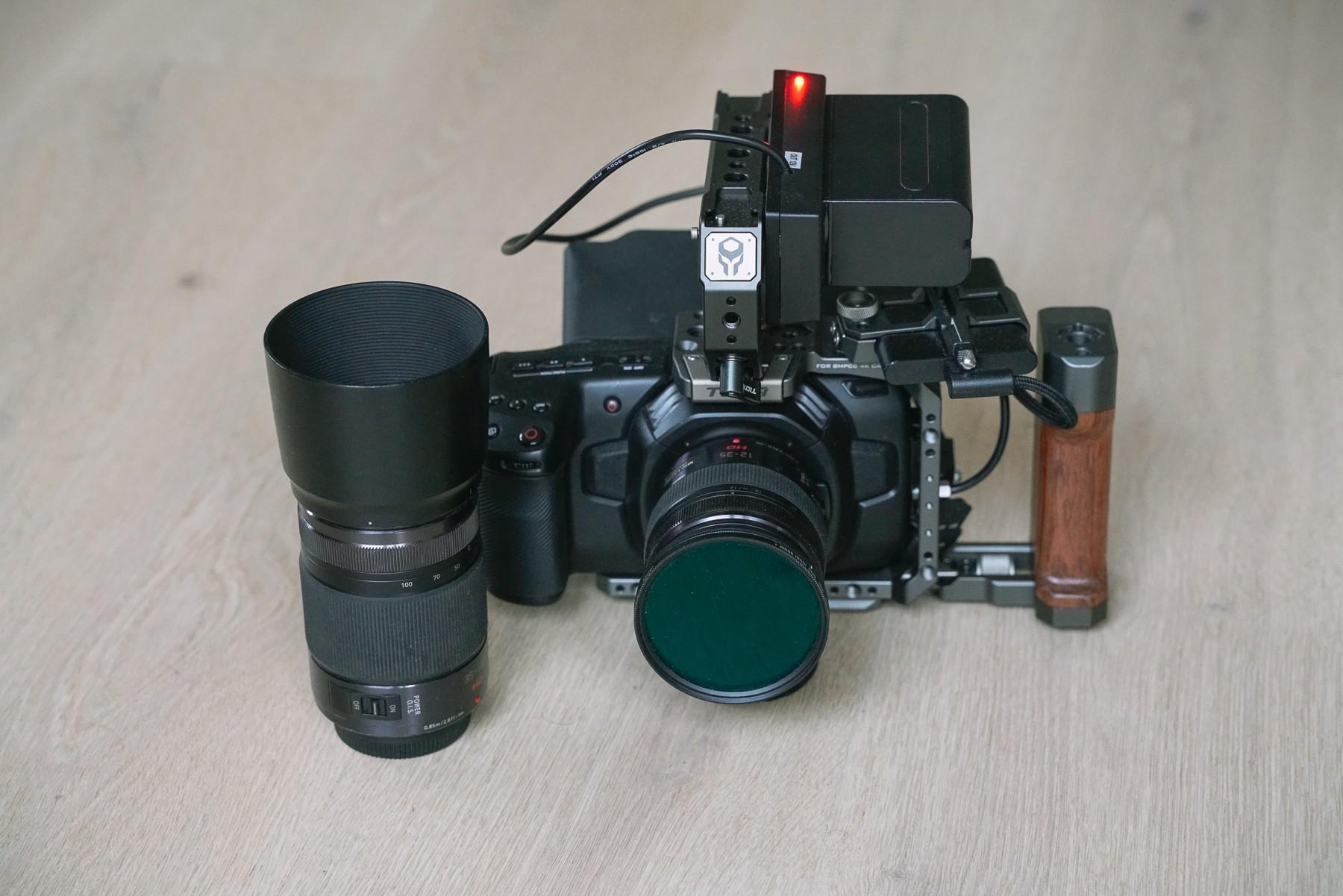 BMPCC4K med Tilta Cage, Sony NP-F960 batteri og et par Lumix objektiver