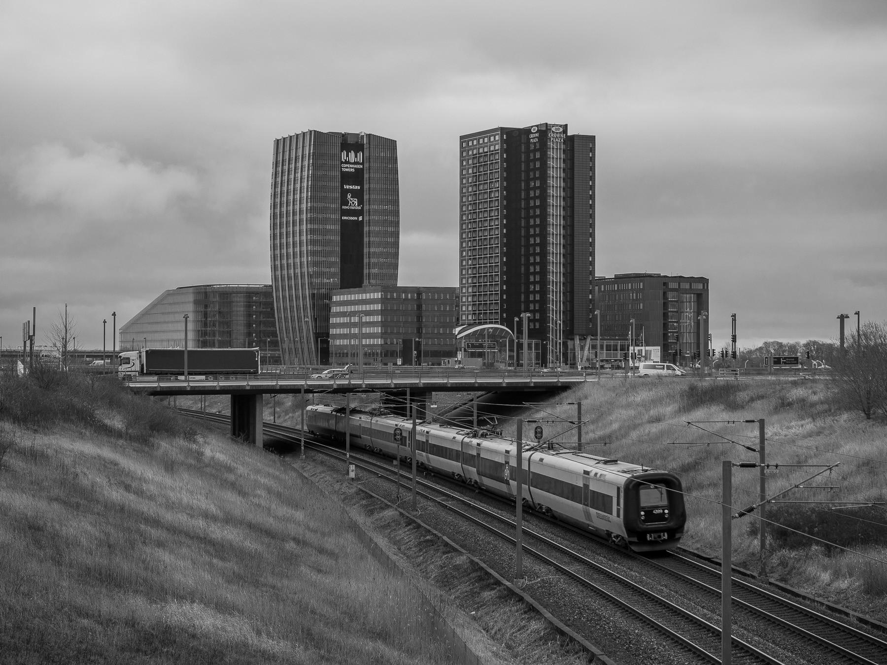 Regionaltog passerer Copenhagen Towers i Ørestad