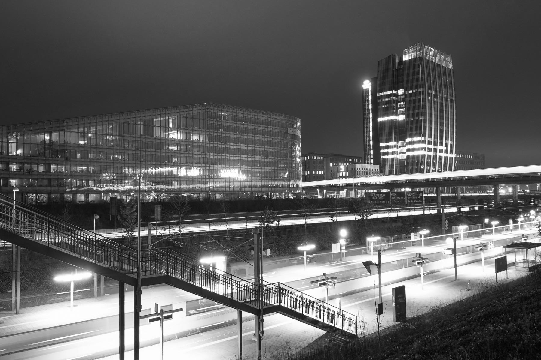 Ørestad regionaltog-station med Rambøll og Copenhagen Towers som baggrund