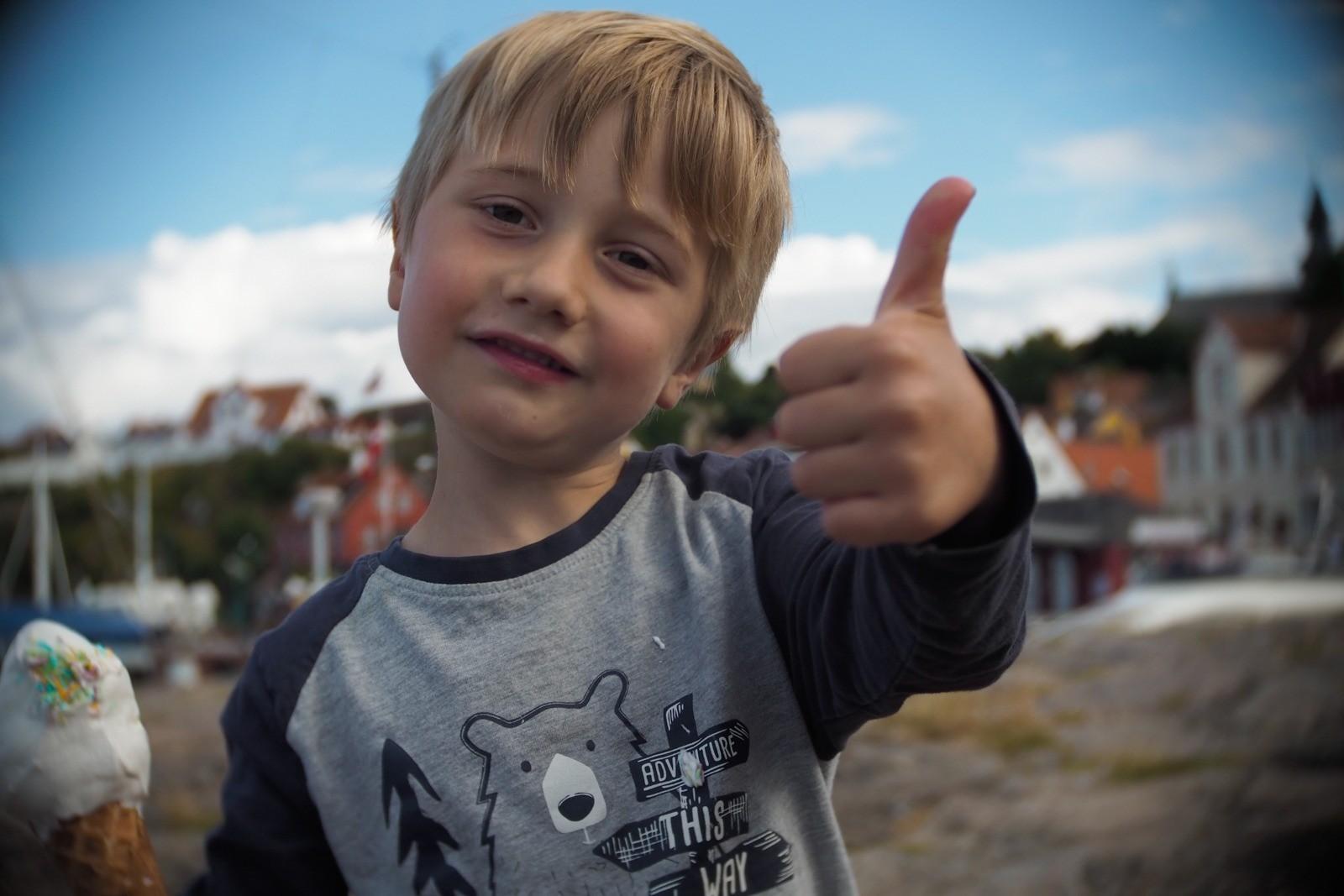 Felix siger thumbs up, fotograferet med et SLR Magic Toy Lens