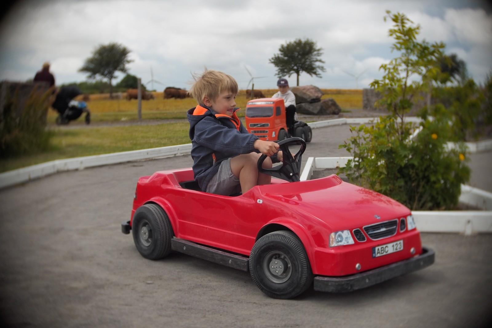 Felix kører elbil - fotograferet med et SLR Magic Toy Lens