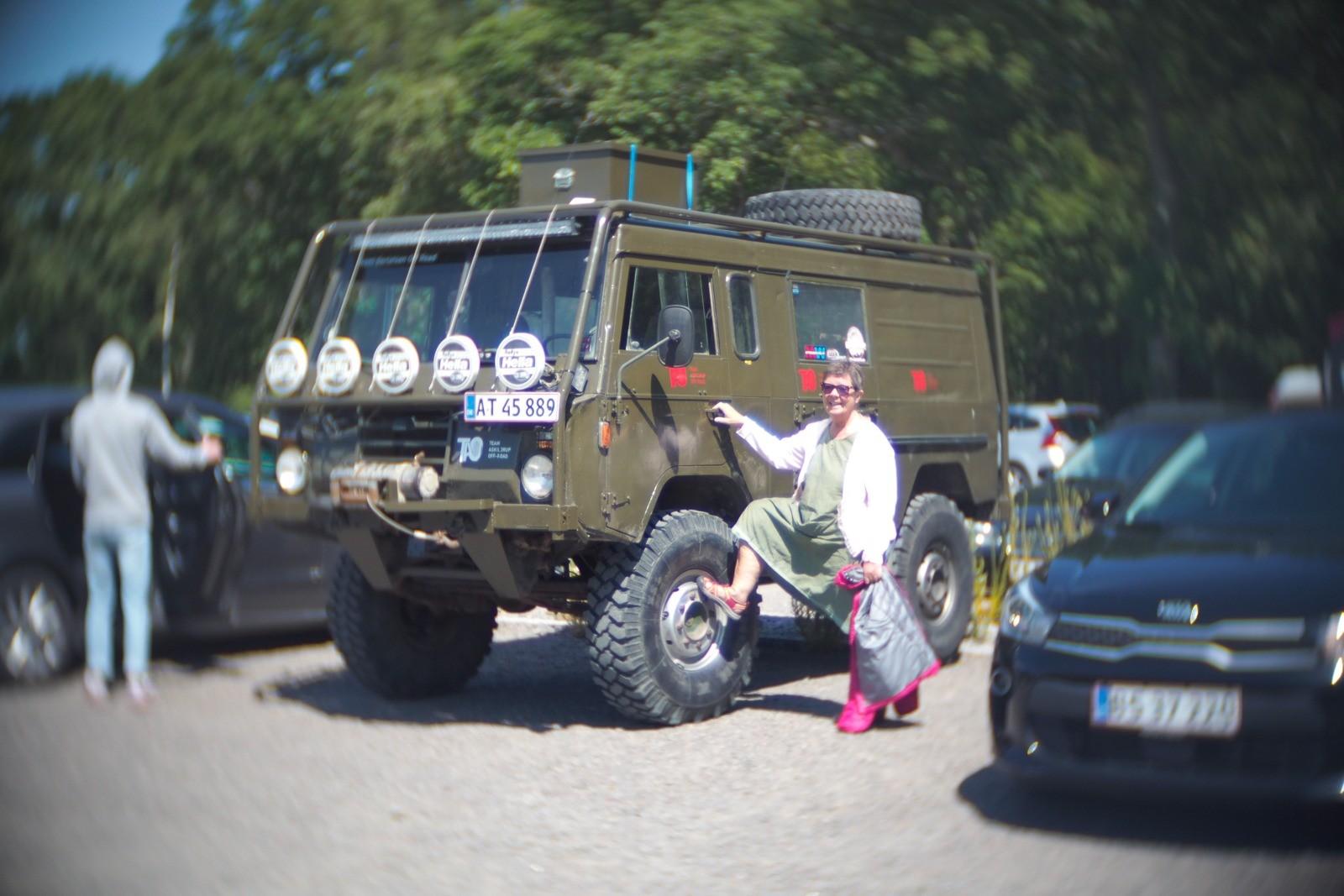 Jonna har fundet en god bil, fotograferet med et SLR Magic Toy Lens