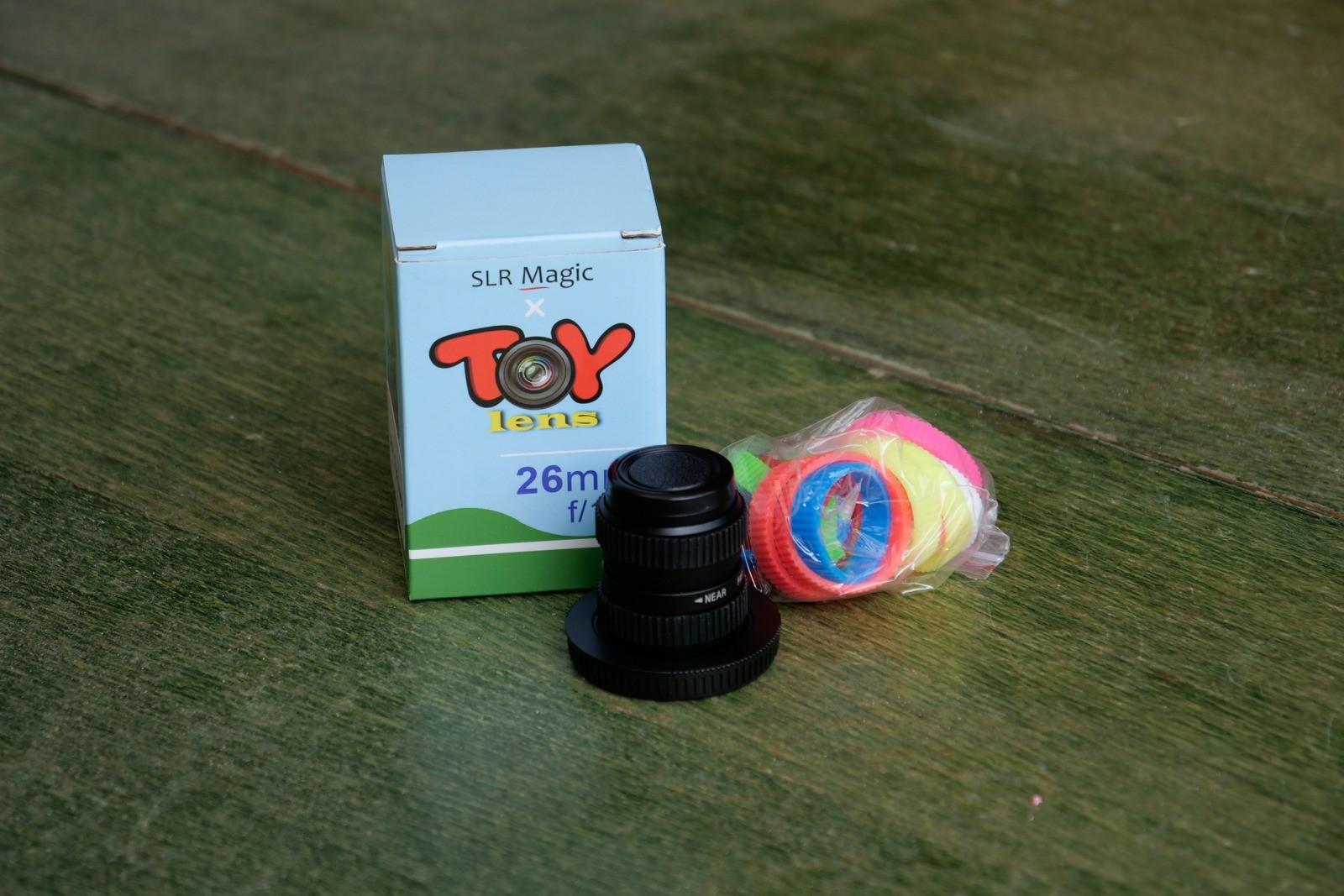 Med objektivet følger en række farvede gummiringe med til at pynte det