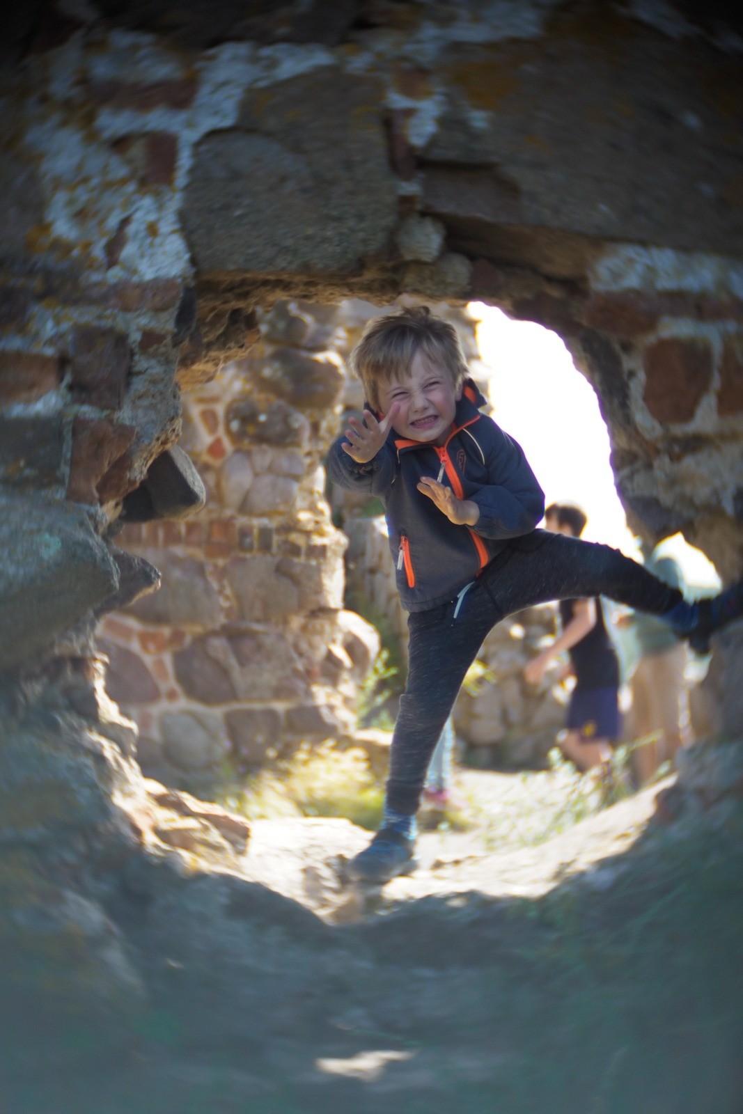 Felix leger ninja på Hammershus, Bornholm, fotograferet med et SLR Magic Toy Lens