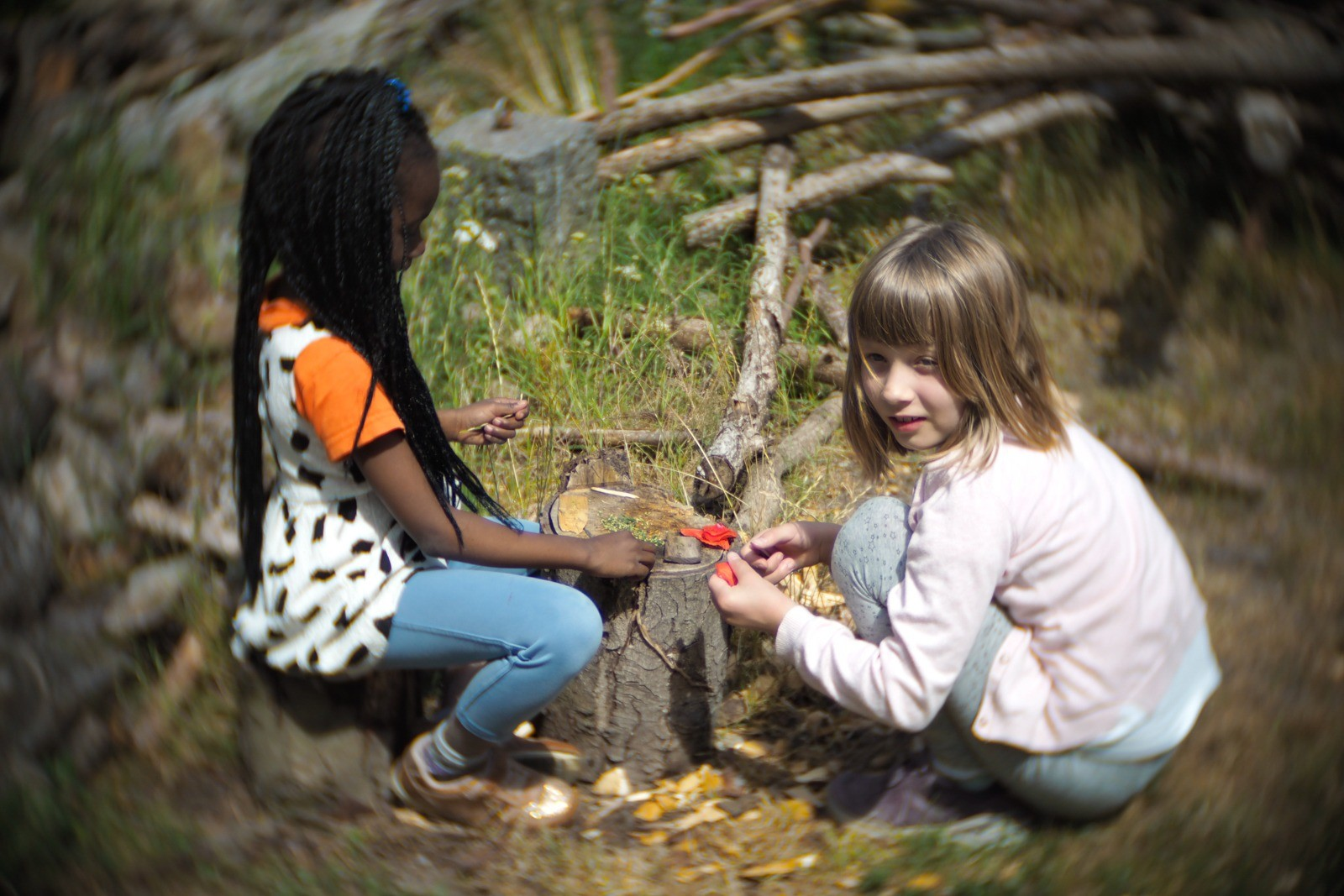 Mikka og Siba fotograferet med et SLR Magic Toy Lens