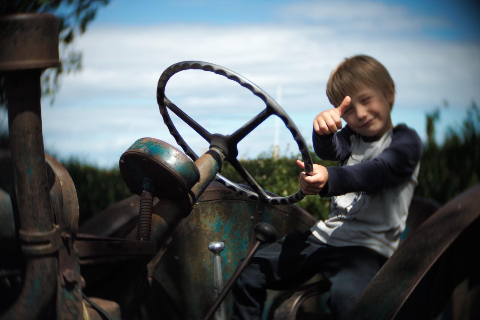 Felix på traktor fotograferet med et SLR Magic Toy Lens