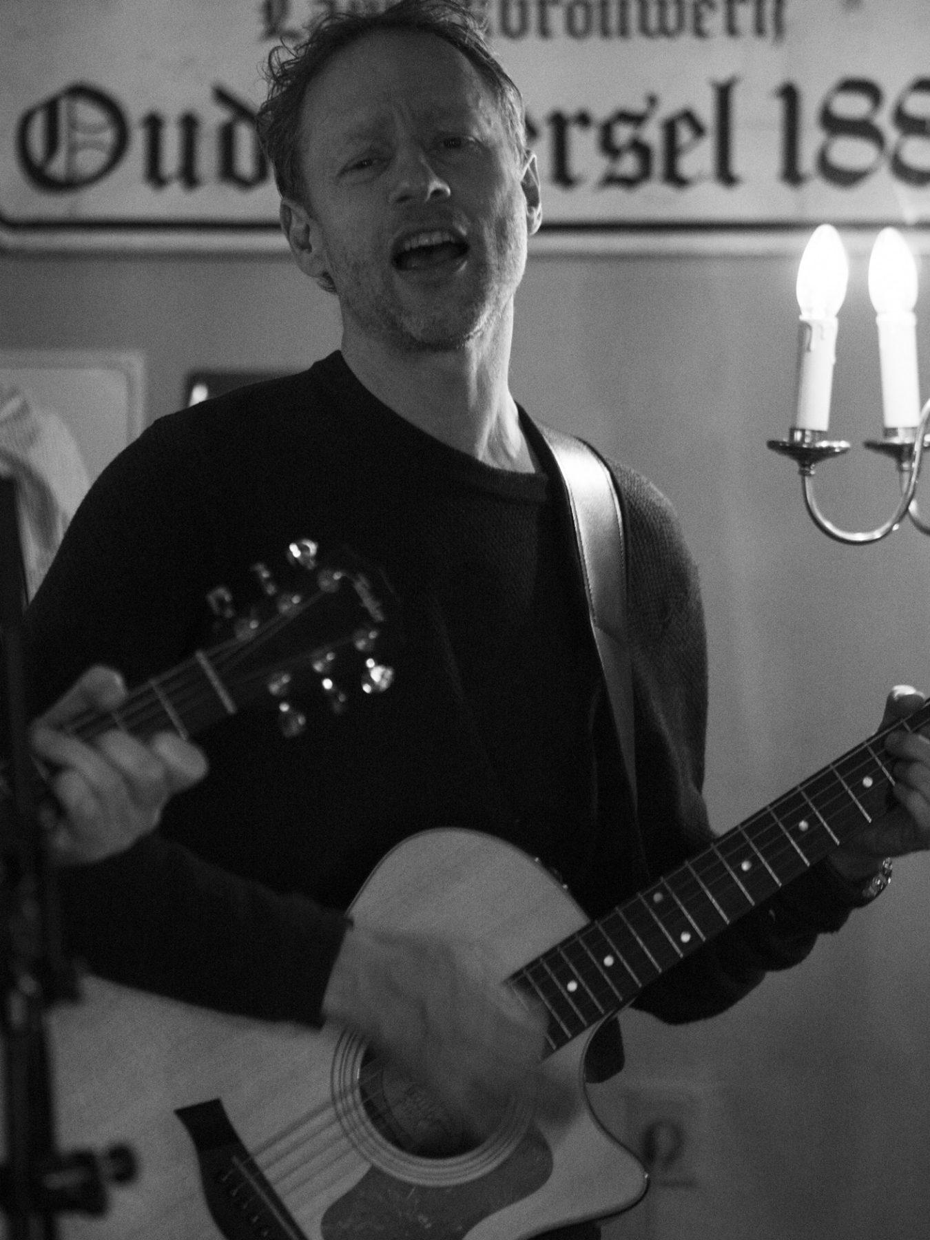 Olav Frølich fra Hund i Snor synger og spiller guitar