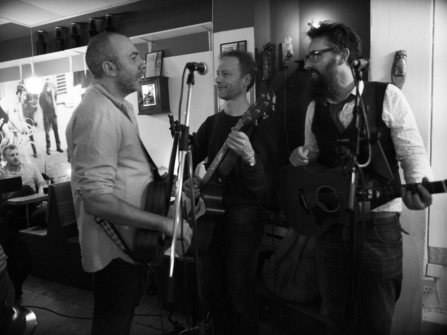 Peter, Olav og Michael fra Hund i Snor diskuterer mellem sangene