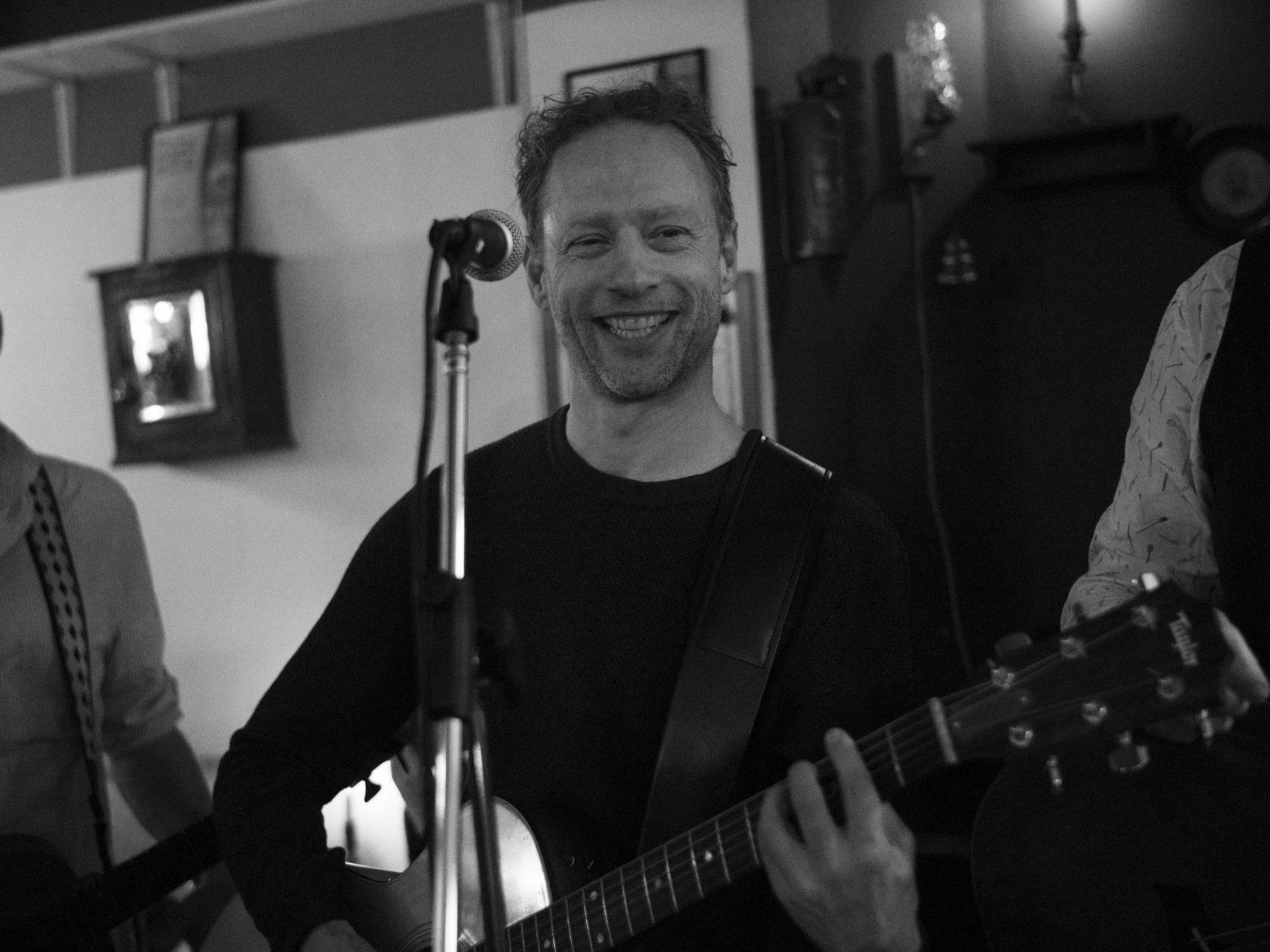 Stort smilende Olav Frølich fra Hund i Snor