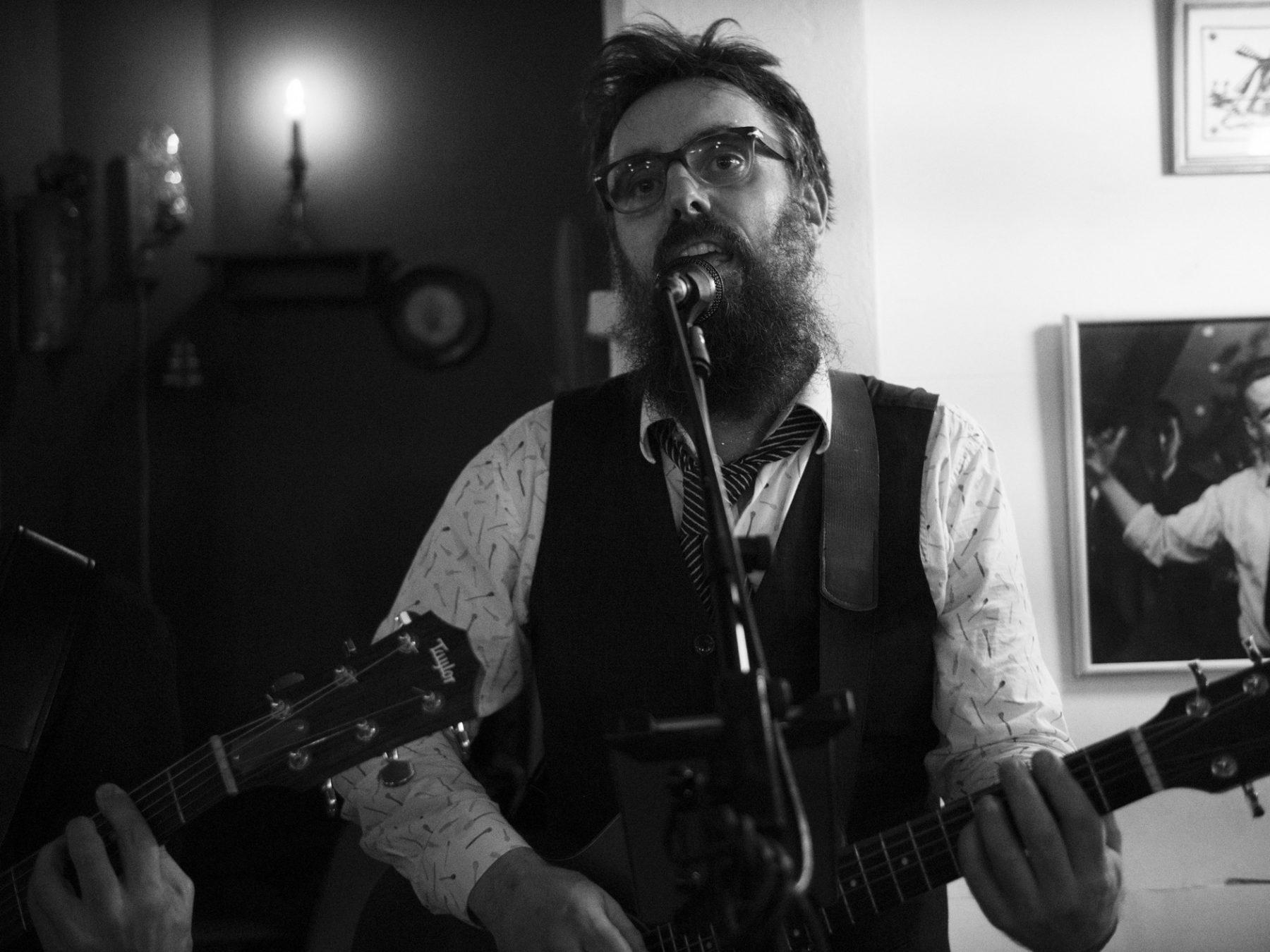 Peter Ulf fra Hund i Snor synger og spiller guitar