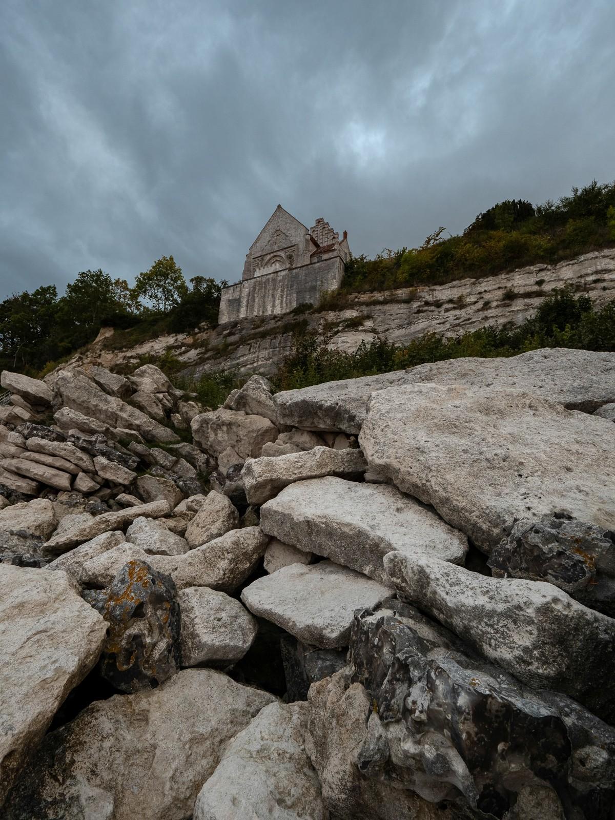 Højerup Kirke ved Stevns Klint set nedefra