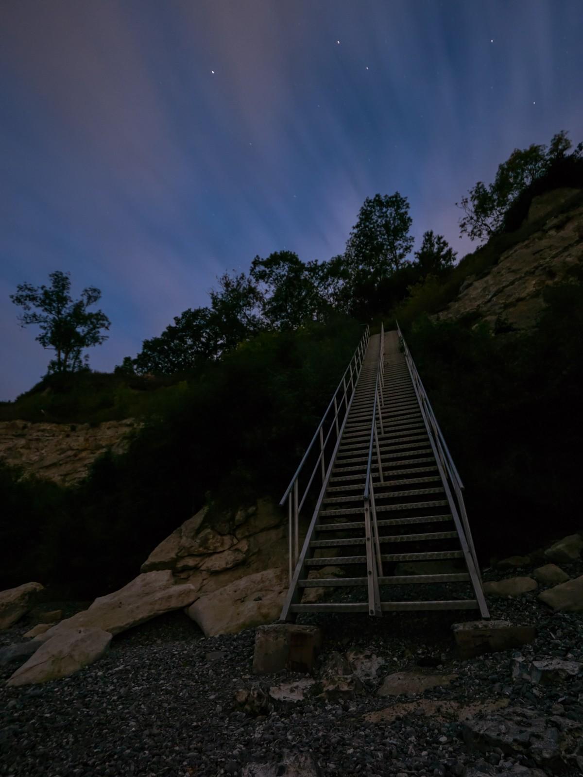 Stevns Klint - trappen set nedefra, nattebillede med lang eskponering