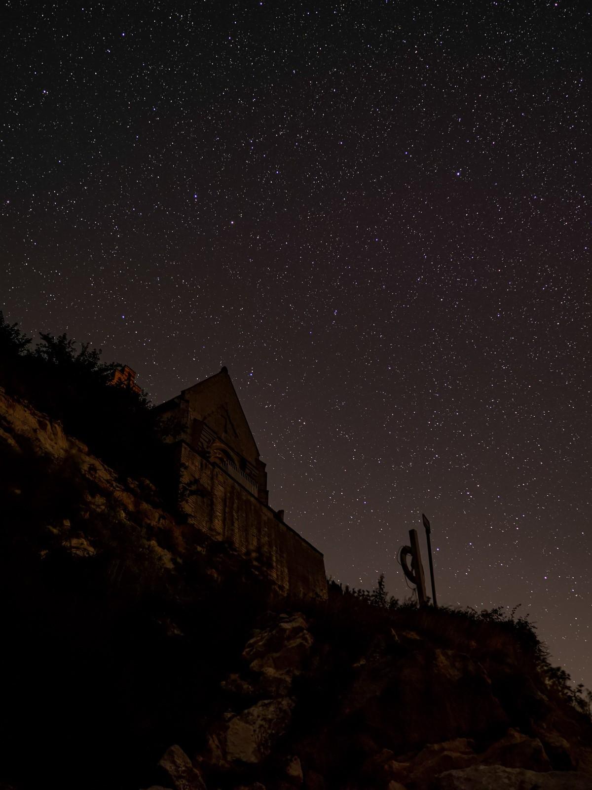 Højerup Kirke med skyfri nattehimmel med mange stjerner som baggrund - ved Stevns Klint