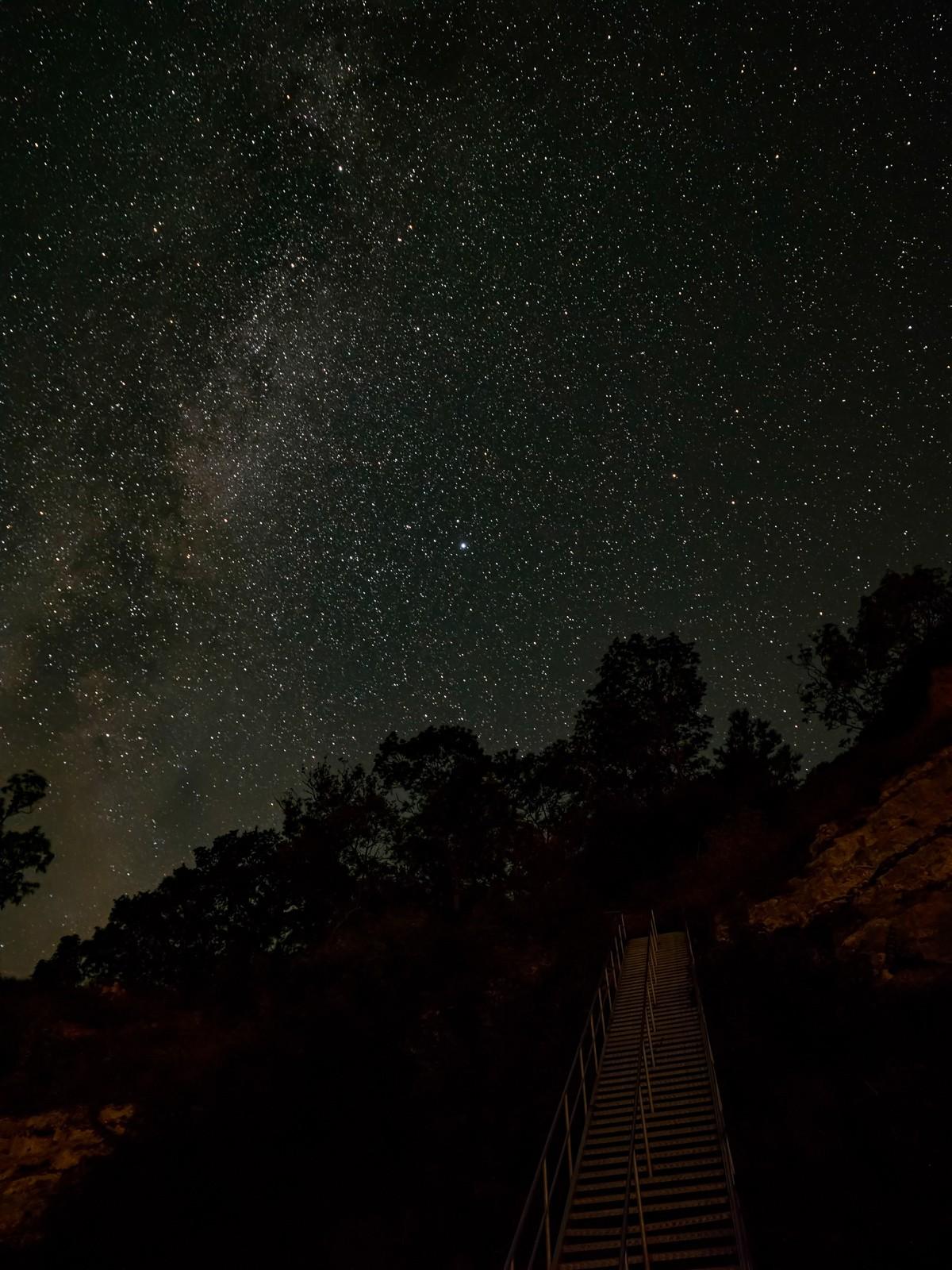 Natbillede af Mælkevejen og en masse stjerne ved Stevns Klint