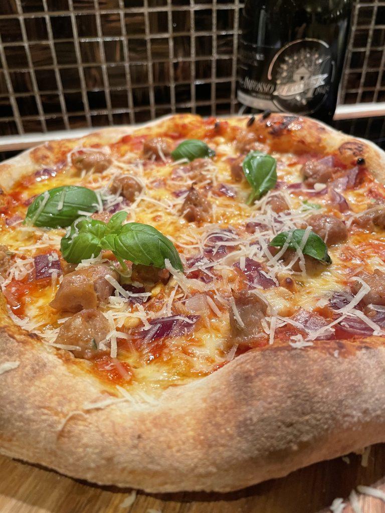 Pizza med Salsiccia og løk