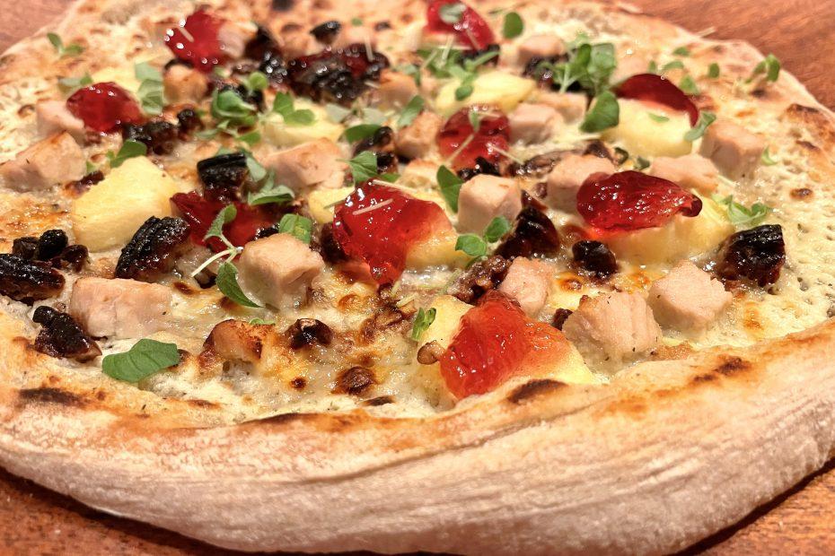 Pizza med kalkun, epler og nøtter