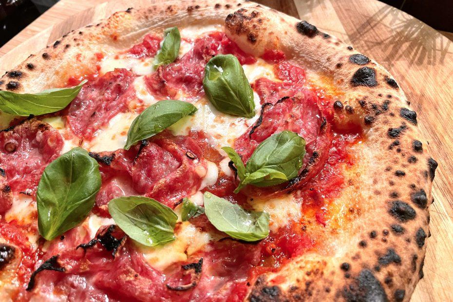 Pizza med salami piccante