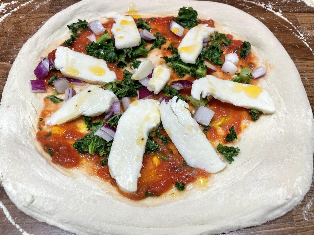Pizza med halloumi og grønnkål