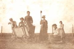 Elever Vaartun Havebrugsskole. Foto Contstance Siem, 1901..