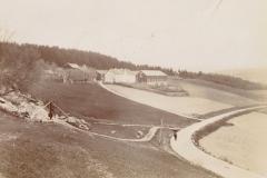 Steinbruddet i Eggelia med Hegge gård. . Foto Contstance Siem, 1901..
