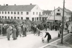 sa-Gr-010-Folkemengde-rundt-Aldersheimsparken