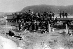 46-Jernbanearbeidslag-lokomotiv-og-to-vogner